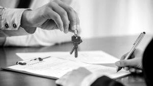 Agente immobiliare consegna un mazzo di chiavi